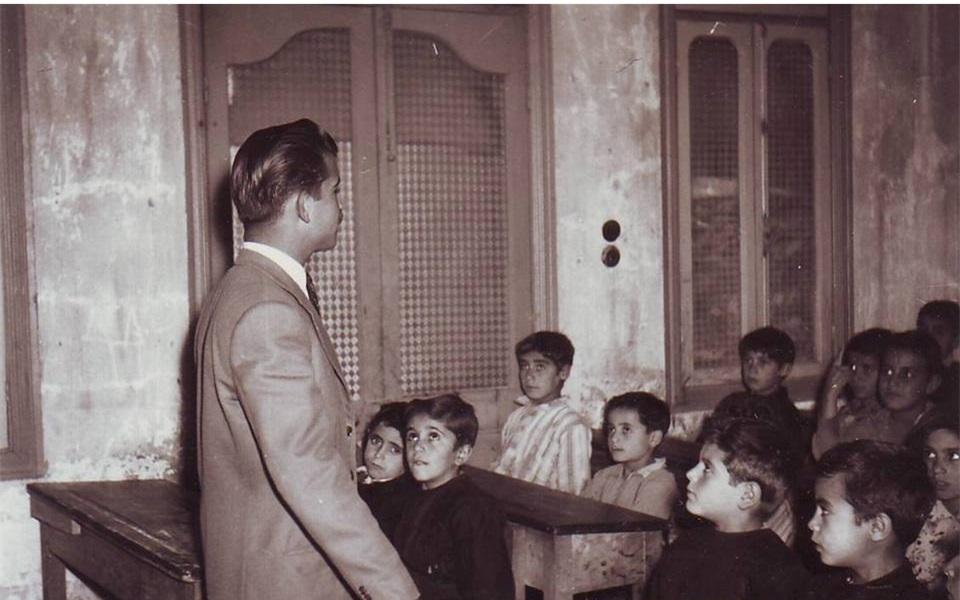 السويداء 1956 – المدرس سلمان البدعيش مع طلابه في مدرسة المتنبي الابتدائية