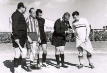 صورة دمشق 1955- فوزي تللو يجري القرعة بين المنتخب المجري وفريق الجيش السوري