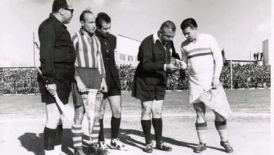 صورة دمشق 1955- الحكم الدولي فوزي تللو يجري القرعة بين المنتخب المجري وفريق الجيش السوري