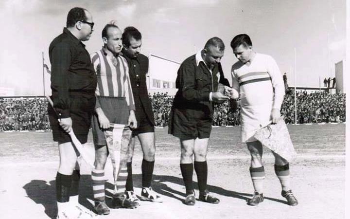 دمشق 1955- الحكم الدولي فوزي تللو يجري القرعة بين المنتخب المجري وفريق الجيش السوري