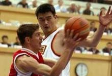 صورة السوري محمد ابو سعدة مع الصيني ياو مينج في شنغهاي عام 1999
