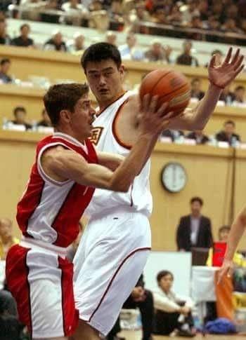 السوري محمد ابو سعدة مع الصيني ياو مينج في شنغهاي عام 1999