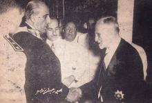 صورة فيديو- هاشم الأتاسي يسلم السلطات الرئاسية إلى شكري القوتلي عام 1955م