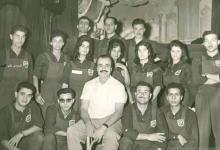 صورة عبد اللطيف فتحي مدير مسرح العرائس مع فرقته في الستينيات