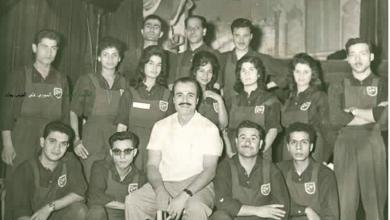 عبد اللطيف فتحي مدير مسرح العرائس مع فرقته في الستينيات