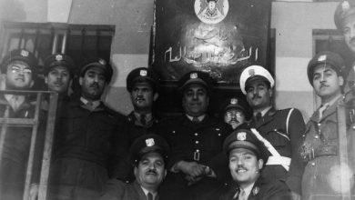 صورة موفق البقاعي مع بعض الضباط أمام مبنى الشرطة والأمن العام في درعا