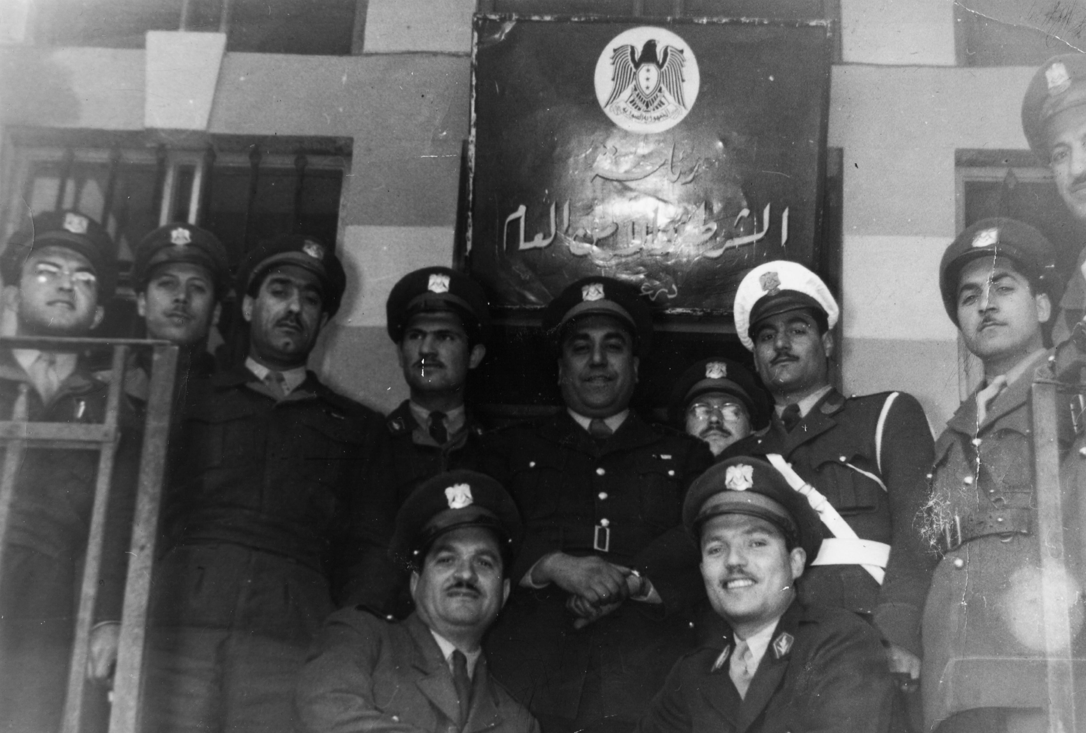موفق البقاعي مع بعض الضباط أمام مبنى الشرطة والأمن العام في درعا