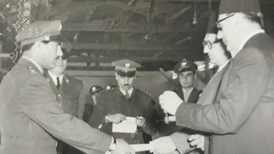 صورة بهاء الدين الخوجة يتسلم وسام الاستحقاق من صبري العسلي عام 1954