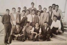 صورة المدرس خالد صوفي وطلابه في مدرسة تجهيز اللاذقية في الخمسينيات