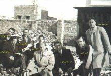 صورة اللاذقية 1948 – مدير مدرسة التجهيز والهيئة التدريسية في ساحة المدرسة