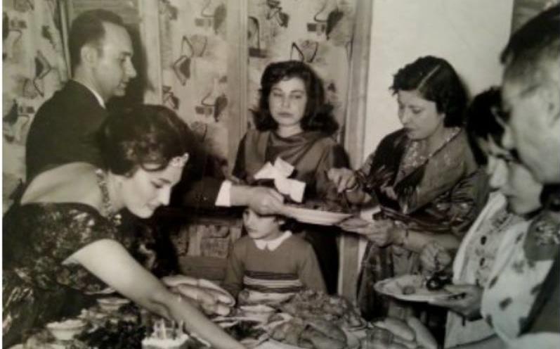 الشاعرة عزيزة هارون في منزل الأديب فاضل السباعي في حلب