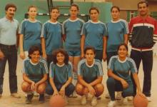 صورة فريق سيدات نادي الوحدة عام 1985 على أرض ملعب نادي الثورة