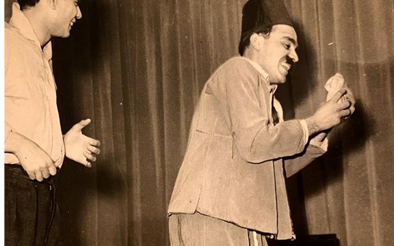 صورة ياسر العظمة من أيام مسرح المدرسة مسرحية البخيل عام 1961م