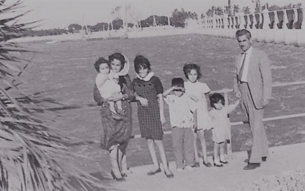صورة الأديب سلامة عبيد مع أسرته في القاهرة عام 1960م