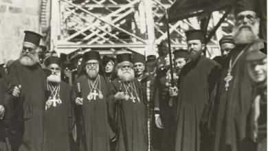 صورة من أمام كنيسة القيامة لثلاثة بطاركة ومنهم البطريرك الكسندروس طحان 1942