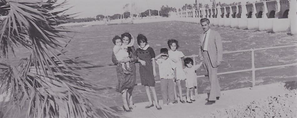 الأديب سلامة عبيد مع أسرته في القاهرة عام 1960م