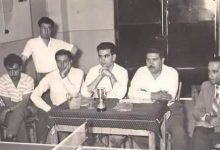 صورة عبد السلام العجيلي في مدرسة الرشيد بالرقة خلال مباراة بكرة الطاولة عام 1960