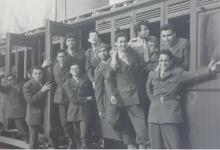 صورة طلاب ثانوية دمشق الأميركية عام 1959 باللباس الفتوة في رحلة قطار الزبداني