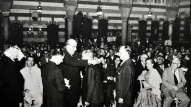 صورة شكري القوتلي يقلد قادة فرقة فيينا السيمفونية ميدالية قصر العظم عام 1956
