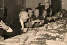 صورة أعضاء حكومة بشير العظمة في قصر الضيافة يضحكون في حفل الغذاء الذي أقيم بعد استقالتهم