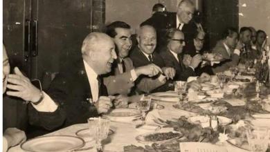 أعضاء حكومة بشير العظمة في قصر الضيافة يضحكون في حفل الغذاء الذي أقيم بعد استقالتهم