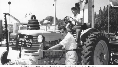 صورة معرض دمشق الدولي الثالث عام 1956 – صورة تذكارية مع المعروضات
