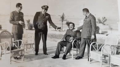 النقيب أحمد عنتر جلوساً وإلى يساره وقوفاً النقيب ناجي جميل