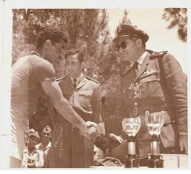 الرائد يحيى الغزي يكرم  فريق القوى الجوية بكرة السلة عام 1964