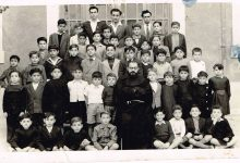 اللاذقية 1951 - الأب اسطفان سالم مع التلاميذ في مدرسة الأرض المقدسة