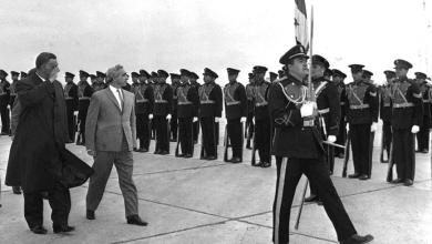 جمال عبد الناصر في وداع أمين الحافظ بعد انتهاء مؤتمر القمة العربي 1964 (1)