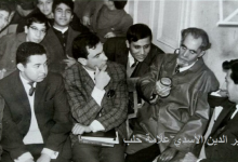 صورة خير الدين الأسدي في إعدادية الحكمة محاطاً ببعض الأساتذة و الطلاب عام 1967