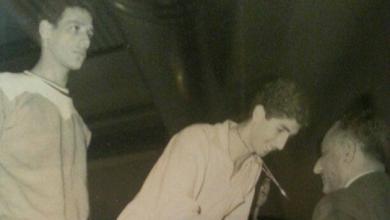 صورة شامل داغستاني يستلم الذهبية بالكويت بعد الفوز على مصر عام 1963