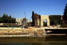 صورة حماة 1985- ناعورة الجسرية وخلفها ناعورة المأمورية ثاني أكبر ناعورة في المدينة