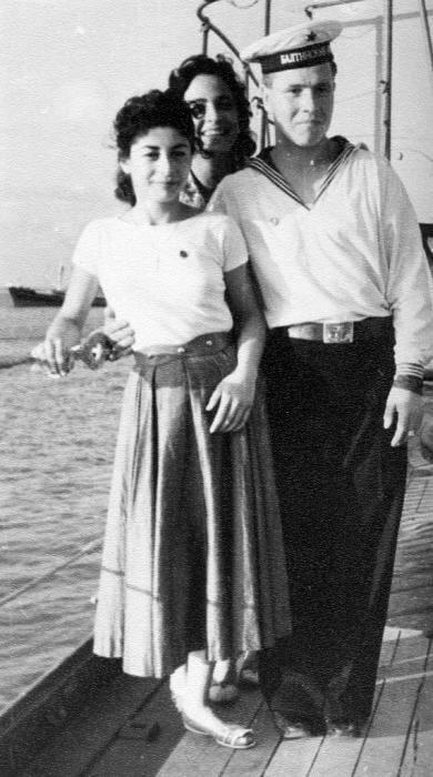 اللاذقية 1957 - بعض الأهالي يأخذون صور مع البحارة على متن الطراد جدانوف