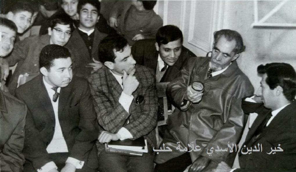 خير الدين الأسدي في إعدادية الحكمة محاطاً ببعض الأساتذة و الطلاب عام 1967