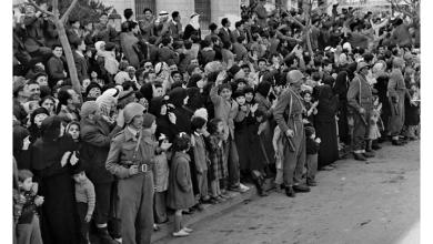 صورة دمشق 1958- مواطنون يحيون موكبجمال عبد الناصر