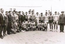 صورة مباراة بين ثانوية التجهيز الأولى وفريق القوى الجوية بكرة اليد عام 1962