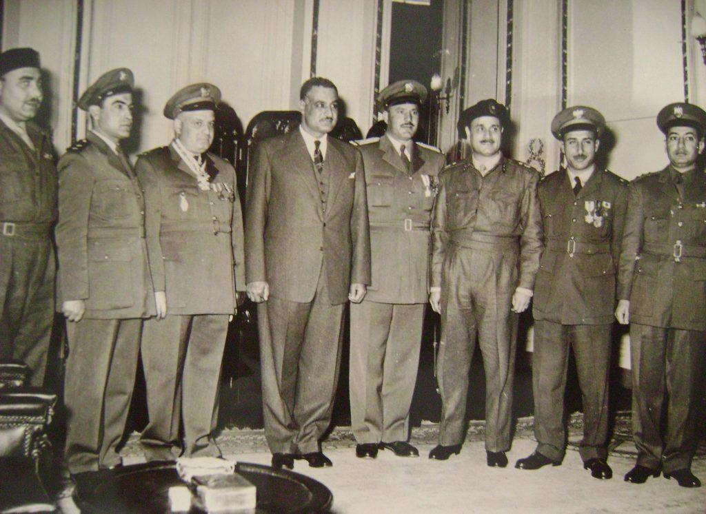 جمال عبد الناصر وجمال الفيصل عند إعلان تشكيل القيادة المشتركة السورية - المصرية عام 1955