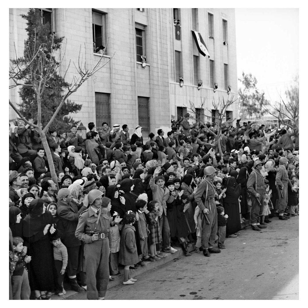 دمشق 1958- مواطنون يحيون موكبجمال عبد الناصر