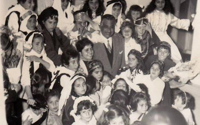 صورة تلاميذ في استقبال جمال عبد الناصر أثناء زيارته إلى السويداء 1960