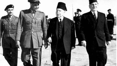 صورة جمال عبد الناصر يستقبل فارس الخوري بمطار الماظة عام 1955