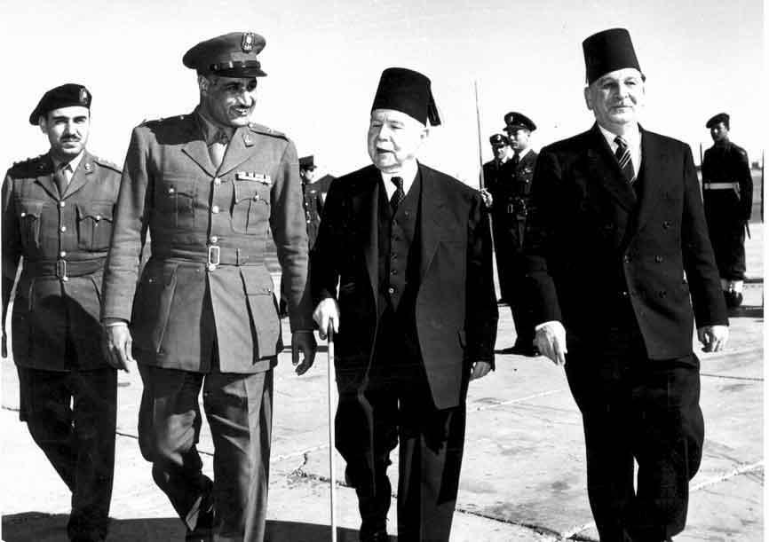 جمال عبد الناصر يستقبل فارس الخوري بمطار الماظة عام 1955