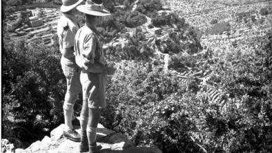 صورة اللاذقية… منطقة كسب 1941- جندي بريطاني وآخر أسترالي في اطلالة على الوادي