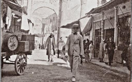 دمشق 1922 - سوق المسكية وواجهة معبد جوبيتير الدمشقي الغربية..