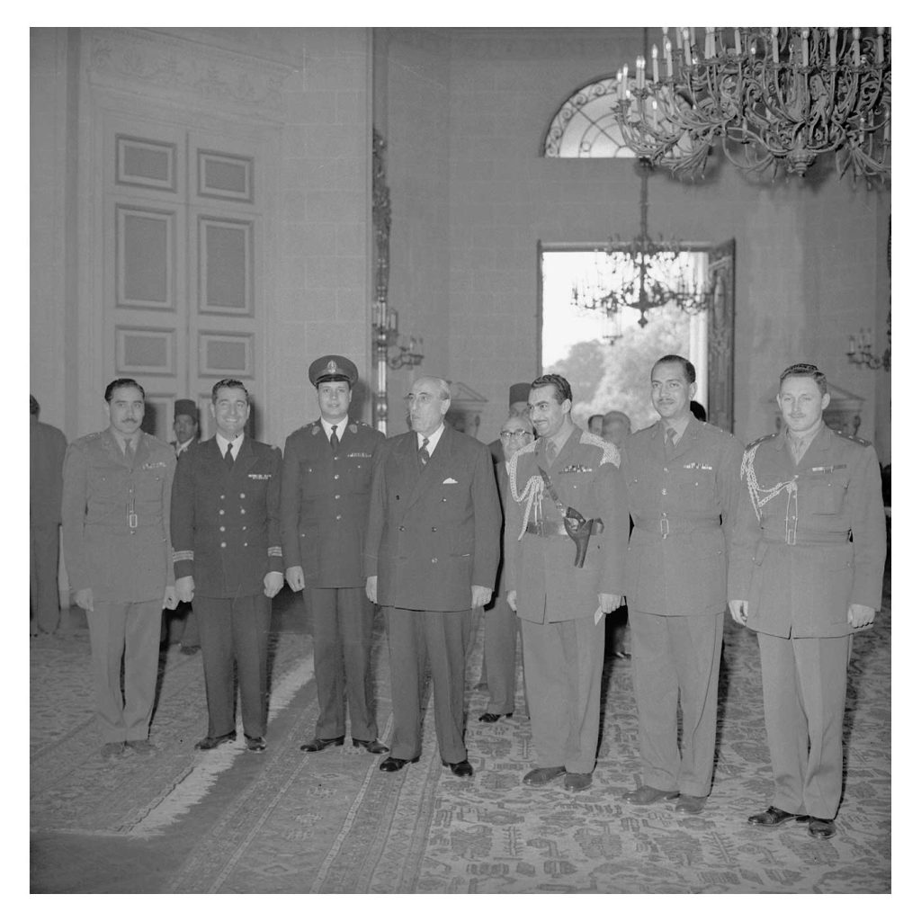 شكري القوتلي ومجموعة من الضباط في الاجتماع الأول بالقاهرة قبيل الوحدة (1)