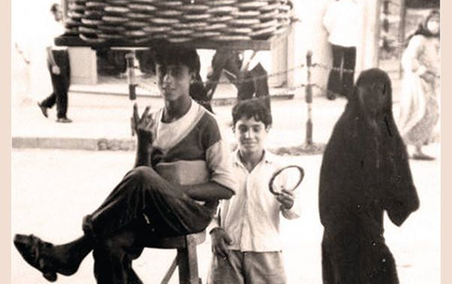 صورة بائع متجول في اللاذقية عام 1957م
