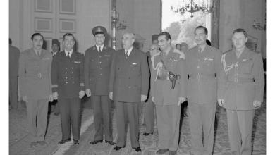 صورة شكري القوتلي ومجموعة من الضباط في الاجتماع الأول بالقاهرة قبيل الوحدة (1)