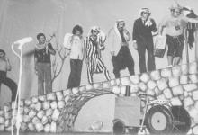 صورة فنانون في مسرحية غربة