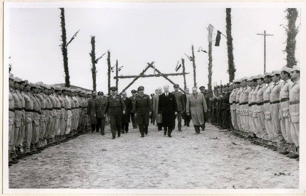 الدكتور عدنان الخطيبمحافظ اللاذقية في زيارة أحد معسكرات الجيش 1961