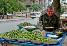 صورة بائع فاكهة متجول دمشق منطقة الشهبندر التقطت الصورة عام 1992